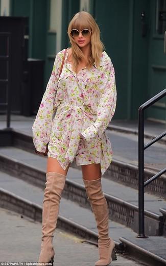 Cómo combinar: vestido camisa con print de flores blanca, botas sobre la rodilla de ante en beige, bolso bandolera de cuero en tabaco, gafas de sol negras
