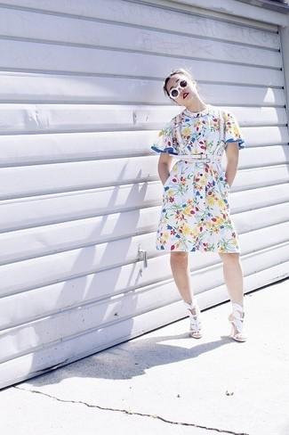 Cómo combinar: vestido camisa con print de flores blanca, sandalias de tacón de cuero blancas, correa de cuero blanca, gafas de sol blancas
