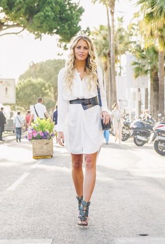 Cómo combinar: vestido camisa blanca, sandalias de tacón de cuero negras, bolso bandolera de cuero negro, cinturón de cuero negro