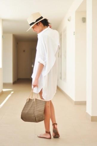 Cómo combinar: vestido camisa blanca, sandalias planas de cuero marrónes, bolsa tote de cuero estampada marrón, sombrero de paja en beige