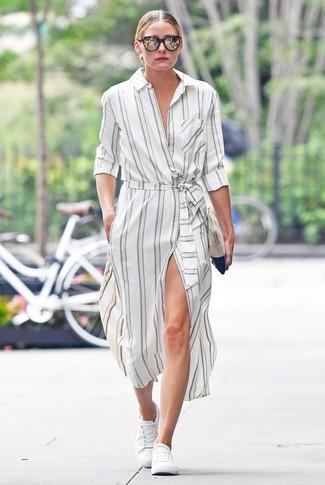 Look de Olivia Palermo: Vestido Camisa de Rayas Verticales Blanca, Tenis Blancos, Cartera Sobre de Ante en Beige, Gafas de Sol en Marrón Oscuro