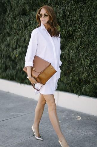 Cómo combinar: vestido camisa blanca, zapatos de tacón de cuero plateados, bolso de hombre de cuero marrón, gafas de sol doradas