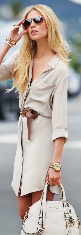 Cómo combinar: vestido camisa en beige, bolso de hombre de cuero en beige, correa de cuero marrón, pulsera dorada