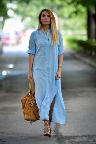 Cómo combinar: vestido camisa celeste, sandalias romanas de cuero marrónes, bolsa tote de cuero marrón claro, pulsera dorada