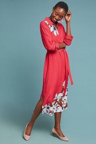 Cómo combinar: vestido camisa con print de flores roja, zapatos de tacón de ante rosados, pendientes rosados