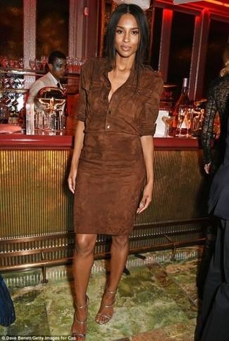 Cómo combinar: vestido camisa de ante en marrón oscuro, sandalias de tacón de cuero plateadas
