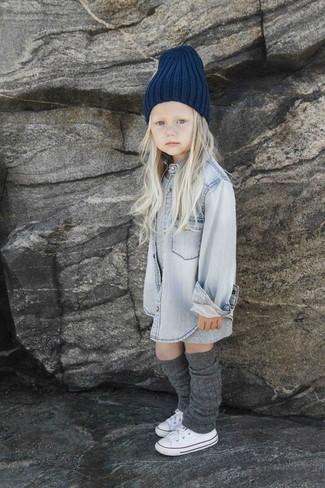 Cómo combinar: vestido gris, camisa de vestir vaquera gris, zapatillas blancas, gorro azul marino