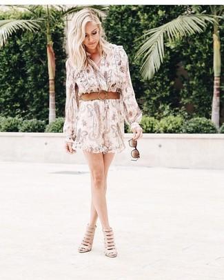 Cómo combinar: vestido camisa estampada en beige, botines de cuero con recorte en beige, correa de cuero marrón claro, gafas de sol en marrón oscuro