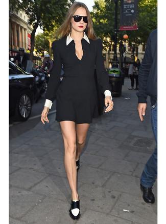 Cómo combinar: vestido camisa en negro y blanco, mocasín de cuero en negro y blanco, gafas de sol negras