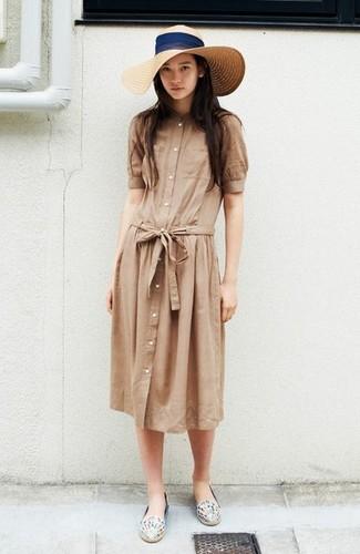 Cómo combinar: vestido camisa marrón claro, alpargatas de cuero estampadas blancas, sombrero de paja en beige
