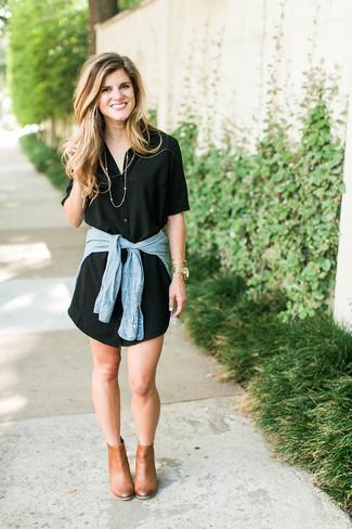 Cómo combinar: vestido camisa negra, camisa vaquera celeste, botines de cuero marrón claro, reloj dorado