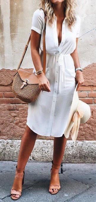Cómo combinar: vestido camisa blanca, sandalias de tacón de cuero marrón claro, bolso bandolera de paja marrón, sombrero de paja en beige