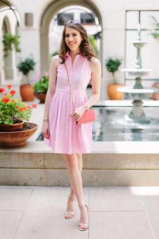 Cómo combinar: vestido camisa rosada, sandalias de tacón de cuero en beige, bolso bandolera de cuero rosado, gafas de sol marrónes