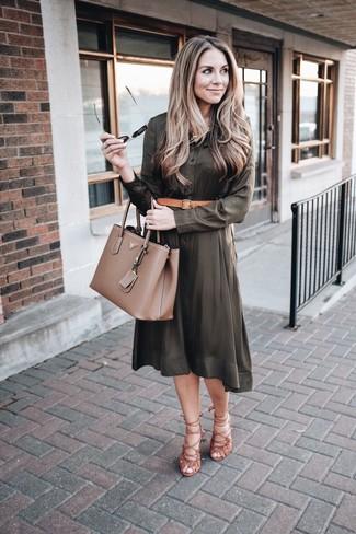 Cómo combinar una correa de cuero marrón claro: Una vestido camisa verde oliva y una correa de cuero marrón claro son una opción perfecta para el fin de semana. Sandalias romanas de ante marrónes son una opción inmejorable para complementar tu atuendo.
