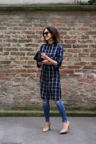Cómo combinar unas gafas de sol burdeos: Mantén tu atuendo relajado con una vestido camisa a cuadros azul marino y unas gafas de sol burdeos. Zapatos de tacón de cuero en beige son una opción estupenda para completar este atuendo.