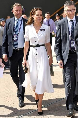 Outfits mujeres: Considera ponerse una vestido camisa blanca para crear una apariencia elegante y glamurosa. Zapatos de tacón de ante negros son una opción estupenda para completar este atuendo.