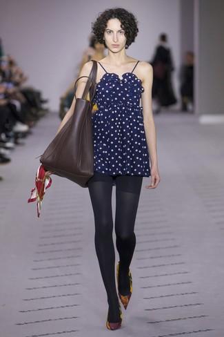 Cómo combinar: vestido camisola a lunares azul marino, zapatos de tacón de cuero burdeos, bolsa tote de cuero en marrón oscuro, medias negras