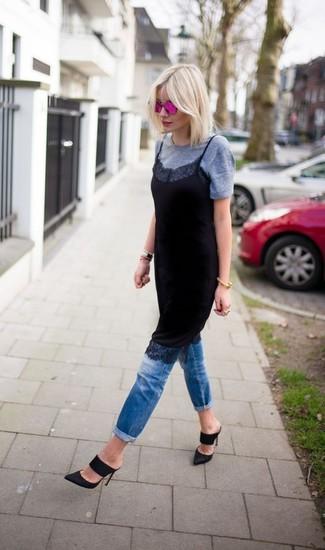 Cómo combinar: vestido camisola de encaje negro, camiseta con cuello circular gris, vaqueros azules, chinelas de ante negras