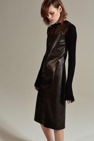Cómo combinar: vestido camisola de cuero negro, camiseta de manga larga de malla negra