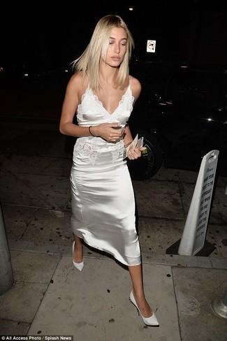 Outfits mujeres: Para crear una apariencia para un almuerzo con amigos en el fin de semana ponte un vestido camisola de satén blanco. Zapatos de tacón de cuero blancos son una opción incomparable para complementar tu atuendo.