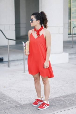 Cómo combinar: vestido camisola rojo, tenis rojos, cartera sobre de paja marrón claro, bandana roja