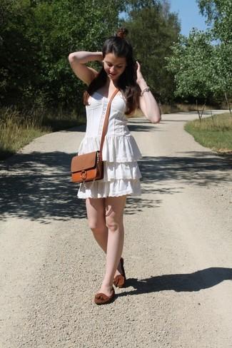 Cómo combinar un vestido campesino blanco: Para un atuendo tan cómodo como tu sillón haz de un vestido campesino blanco tu atuendo. Mocasín con borlas de ante marrón proporcionarán una estética clásica al conjunto.