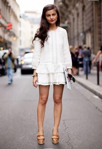 Cómo combinar: vestido campesino de crochet blanco, zapatos de tacón de cuero marrón claro, gafas de sol negras, pulsera dorada