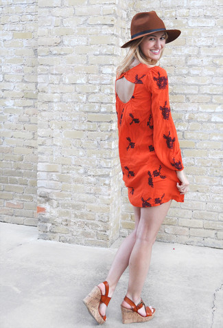 Cómo combinar: vestido campesino bordado rojo, sandalias con cuña de cuero en tabaco, sombrero de lana marrón