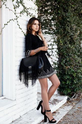 Cómo combinar: vestido campesino bordado negro, sandalias de tacón de ante negras, bolso de hombre de cuero сon flecos negro, pulsera plateada