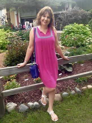 Cómo combinar: vestido campesino rosa, sandalias de dedo blancas, bolso bandolera de cuero azul