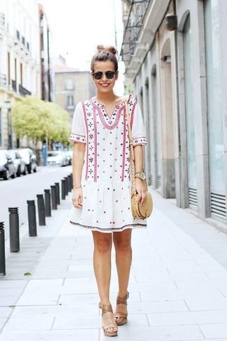 Cómo combinar un vestido campesino blanco: Para un atuendo tan cómodo como tu sillón ponte un vestido campesino blanco. Usa un par de sandalias con cuña de cuero marrón claro para destacar tu lado más sensual.