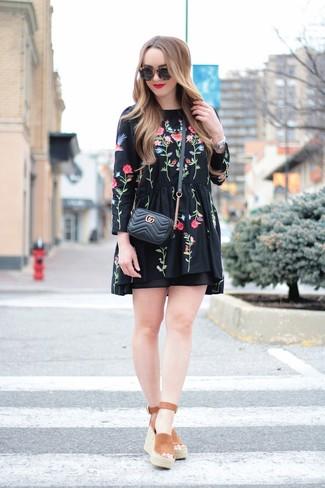 Cómo combinar: vestido campesino bordado negro, sandalias con cuña de ante marrónes, bolso bandolera de cuero acolchado negro, gafas de sol negras