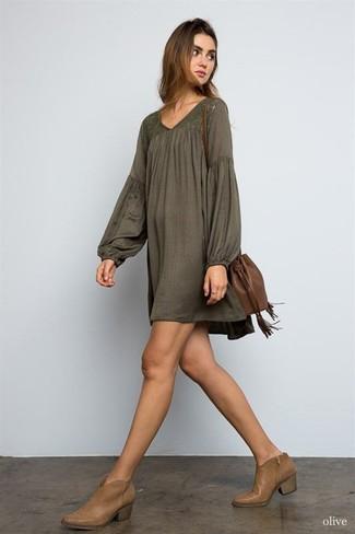 Cómo combinar: vestido campesino verde oliva, botines de cuero marrónes, mochila con cordón de cuero marrón