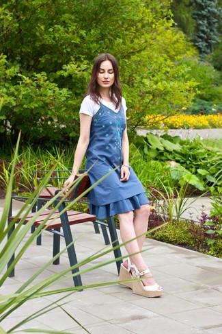 Cómo combinar: vestido casual bordado azul, camiseta con cuello circular blanca, sandalias con cuña de cuero blancas, pulsera blanca
