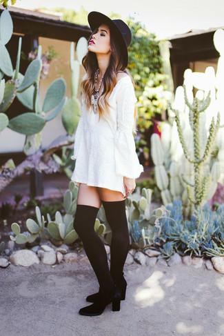 Moda para mujeres adolescentes: Considera ponerse un vestido casual blanco para un look agradable de fin de semana. Con el calzado, sé más clásico y complementa tu atuendo con botas sobre la rodilla de terciopelo negras.