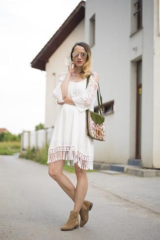 Cómo combinar: vestido casual de crochet blanco, botines chelsea de ante marrónes, bolso bandolera bordado verde oliva, gafas de sol doradas