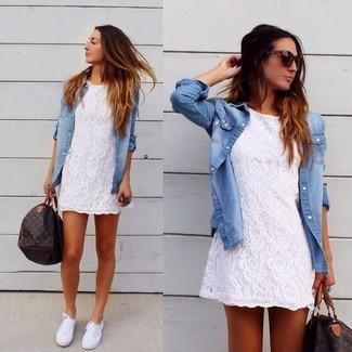 Cómo combinar: vestido casual de encaje blanco, camisa vaquera celeste, zapatillas plimsoll blancas, bolso deportivo de cuero estampado en marrón oscuro