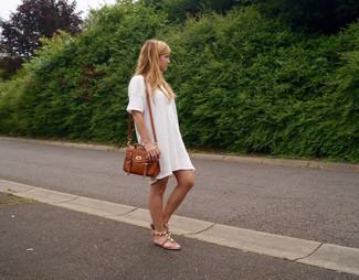 Cómo combinar: vestido casual blanco, sandalias planas de cuero marrónes, bolso bandolera de cuero marrón