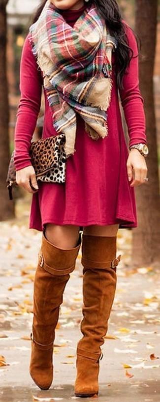 Cómo combinar: vestido casual rojo, botas sobre la rodilla de ante en tabaco, cartera sobre de ante de leopardo marrón claro, bufanda de tartán en multicolor