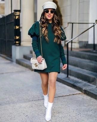 Cómo combinar un bolso bandolera de cuero acolchado en beige: Opta por un vestido casual verde oscuro y un bolso bandolera de cuero acolchado en beige transmitirán una vibra libre y relajada. Botines de elástico blancos son una sencilla forma de complementar tu atuendo.