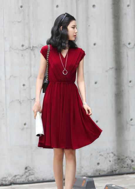 2e088e7a Cómo combinar: vestido casual plisado burdeos, bolso bandolera de cuero  negro, gafas de