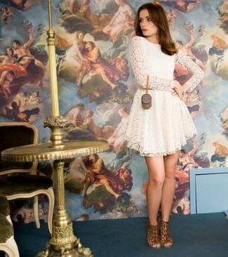 Cómo combinar: vestido casual de encaje plisado blanco, sandalias de tacón de ante marrónes
