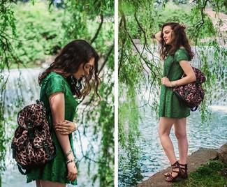 Cómo combinar: vestido casual de encaje verde, sandalias romanas de cuero en marrón oscuro, mochila de leopardo marrón