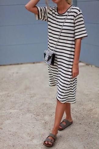 Cómo combinar unas sandalias planas de cuero grises: Para un atuendo tan cómodo como tu sillón haz de un vestido casual de rayas horizontales en blanco y negro tu atuendo. Sandalias planas de cuero grises son una opción atractiva para completar este atuendo.