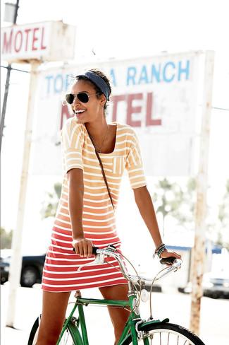 Cómo combinar: vestido casual de rayas horizontales naranja, gafas de sol negras, cinta para la cabeza azul marino