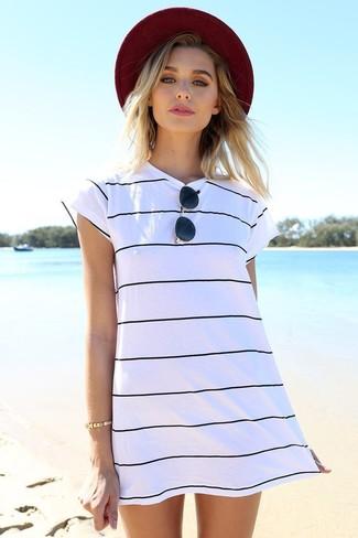 Cómo combinar un vestido casual de rayas horizontales en blanco y negro: Ponte un vestido casual de rayas horizontales en blanco y negro para un look agradable de fin de semana.