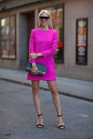 Vestido rosa e sandalia azul