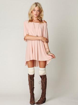 Moda para mujeres adolescentes: Para un atuendo tan cómodo como tu sillón intenta ponerse un vestido casual rosado. Elige un par de botas de caña alta de cuero en marrón oscuro para destacar tu lado más sensual.