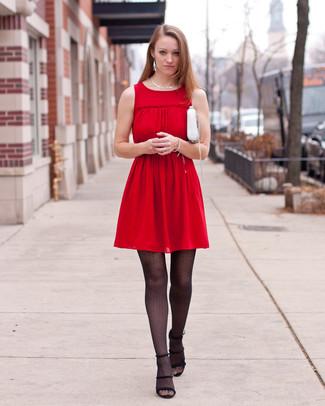 Cómo combinar: vestido casual plisado rojo, sandalias de tacón de ante negras, bolso bandolera de cuero blanco, collar plateado