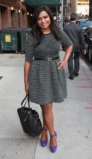 Cómo combinar: vestido casual de rayas horizontales verde oscuro, zapatos de tacón de ante en violeta, mochila con cordón de cuero negra, cinturón de cuero negro